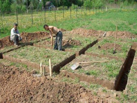 ustroystvo-lentochnogo-fundamenta-pod-banyu--zemlyanye-raboty