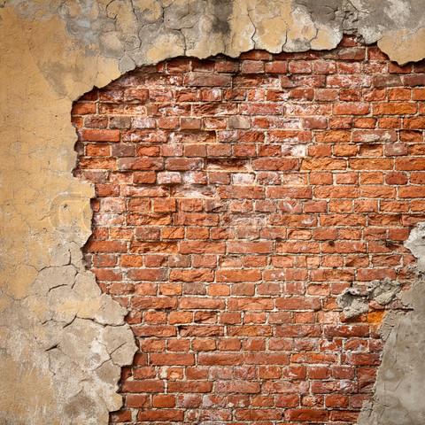 razrushenie kirpichnoy steny pod sloem shtukaturki