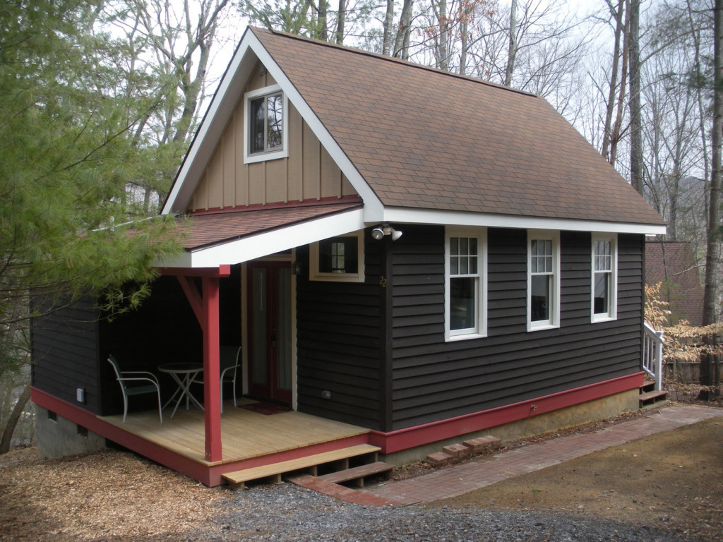 compact-asheville-cottage-exterior1-via-smallhousebliss