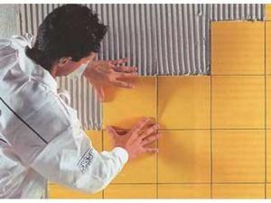 производим укладку керамической плиткой