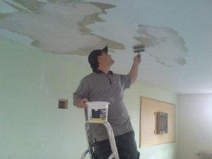 пятен с потолка.